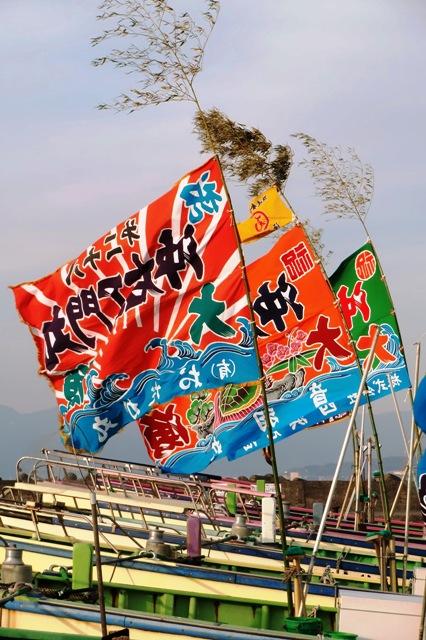 風になびく大漁旗