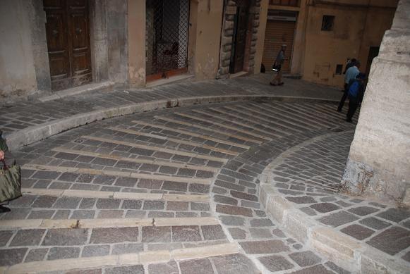 中世の石畳の小道