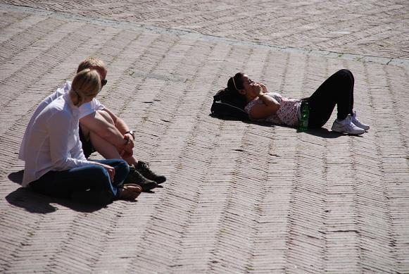 カンポ広場に寝転ぶ人
