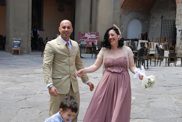 DSC_8182ドゥオモで新婚のイタリア人夫婦をカメラに