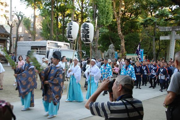 牛島神社に到着した行列