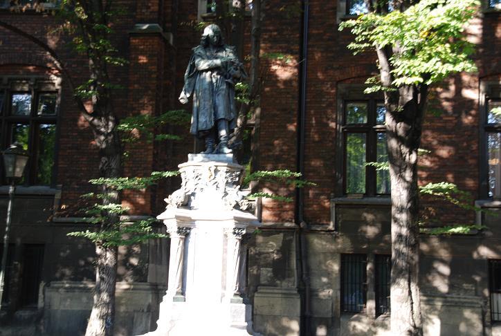 DSC_0313ヤギェウォ大学内コペルニクス像