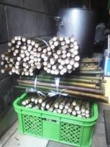 纏めて油抜きできるよう、前日に竹を縛り下準備をしておきました。