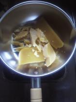 純蜜蝋を砕いて鍋に入れます。