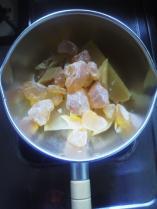 鍋に入れます。