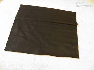 大きめの黒い布を用意します