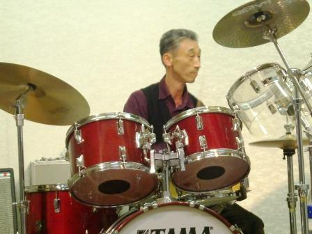 やっぱり この方のドラムは最高です!!