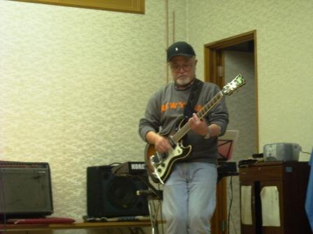 サイドギターといえばドンさんです。