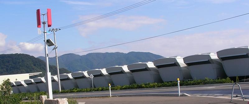 06 091002 在庫ナセルの隣には ハイブリッド外灯の風車.JPG