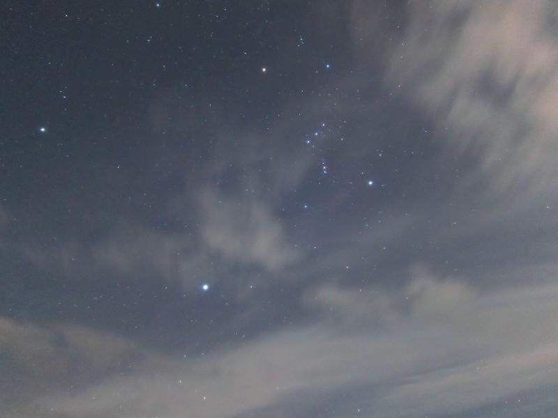 流れる雲とオリオン