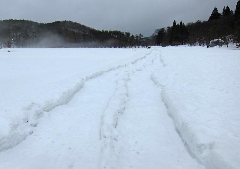 雪で道が埋まっとる