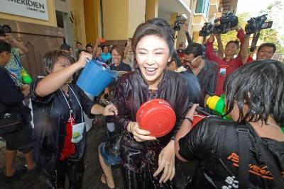 インラック首相 チェンマイ ソンクラーン写真