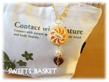 黄桃のタルトのバッグチャーム使用例