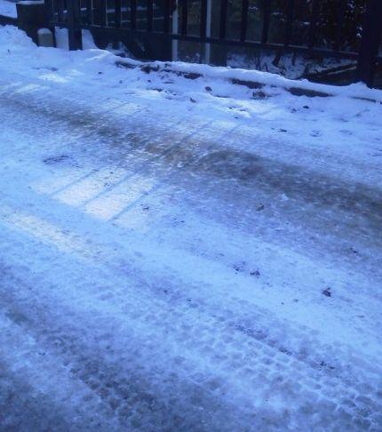 道凍ってます