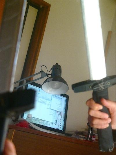 左手に持った剣を鏡で右手に!