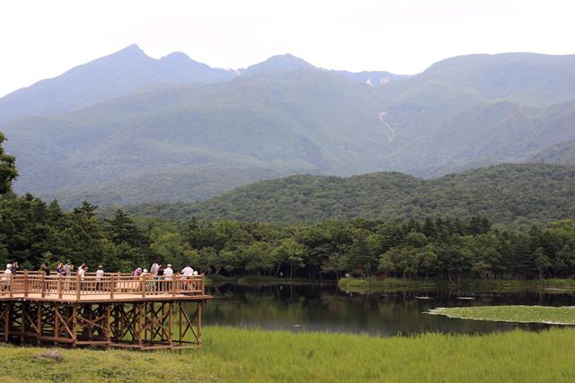 高架木道から第一湖と知床連山