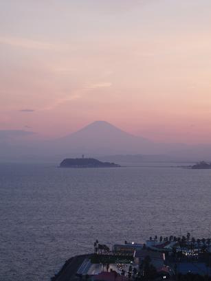 ピンクの空と富士山
