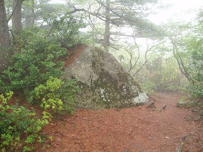 山頂の岩座