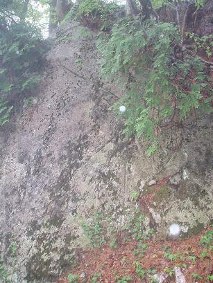 線刻岩とオーブ