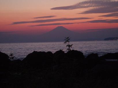 夕闇に浮かぶ富士山
