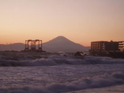 座礁船と富士山