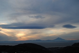 富士山と淡い空