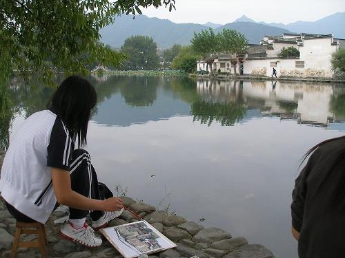 07092201宏村を描く娘