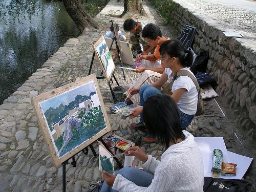 07092226宏村を描く学生達