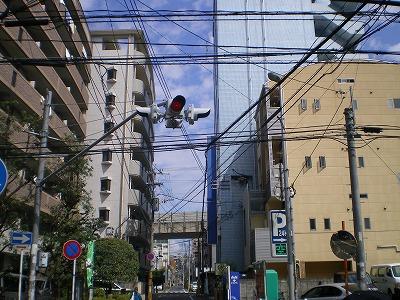 点滅信号の先、右側の青い建物に注目