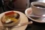 デザートにミニケーキとホットコーヒー