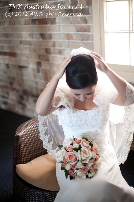ヴェールを調整中の花嫁