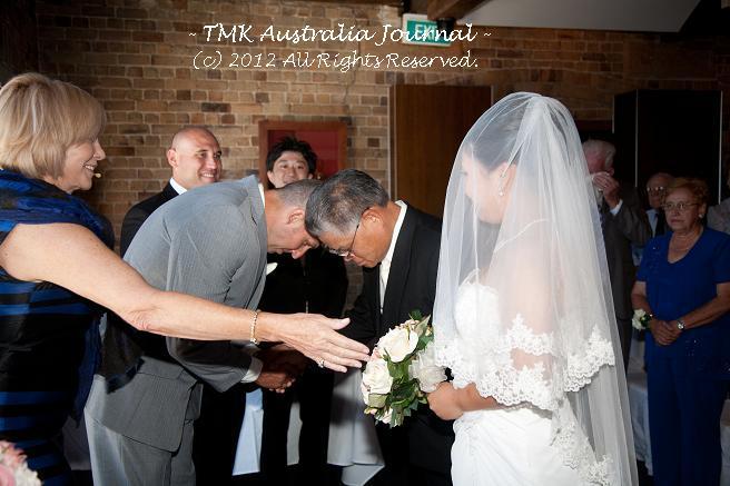 花嫁の父と花婿握手