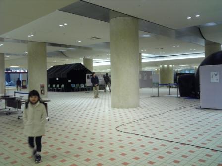 駅 地下に黒いテント!!
