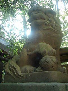珠を抱える狛犬