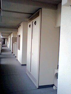 廊下に並ぶ