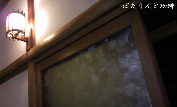 清澄庭園涼亭 入口の電燈とガラス模様