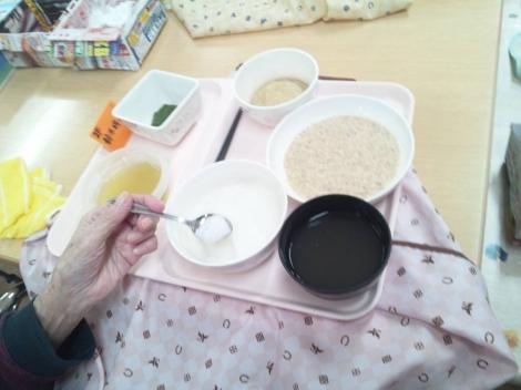 介護老人保健施設2階食堂で胃ろうからゼリーやおかゆの消化の良い食事を始めたメニュー食を写メ
