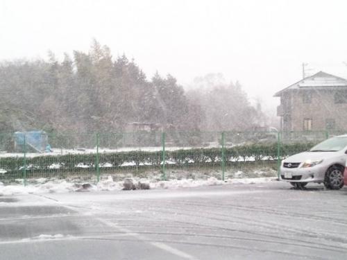 2014.2.14の裾野市の介護老人保健施設あいの郷の駐車場から富士山方面を写メした吹雪はじまった光景