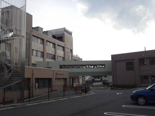 東名裾野病院に入院する母の病院と2階廊下で繋がる介護療養型医療施設の外観写真