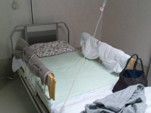 東名裾野病院の介護療養型医療施設に入所する母のベッドの柵にはコレが