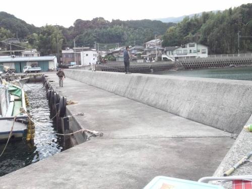ブログ写真で沼津市平沢の漁港付近の磯釣りの釣り場に来始めた釣り人たち