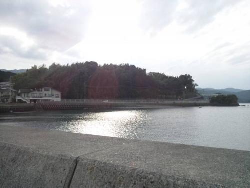 ブログ写真とした沼津市平沢の磯釣り場から撮った海面が太陽の光に反射された芸術的なお気に入りの写真です
