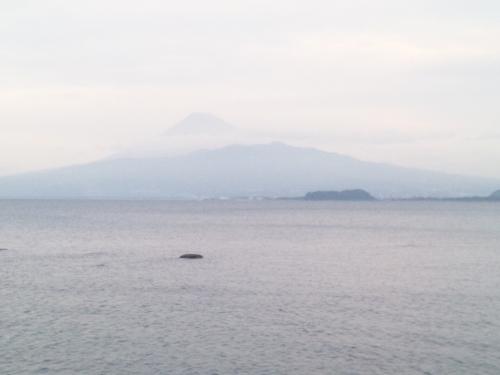 ブログ写真で曇り空の沼津市平沢にて磯釣りで見えた富士山をシャメしました