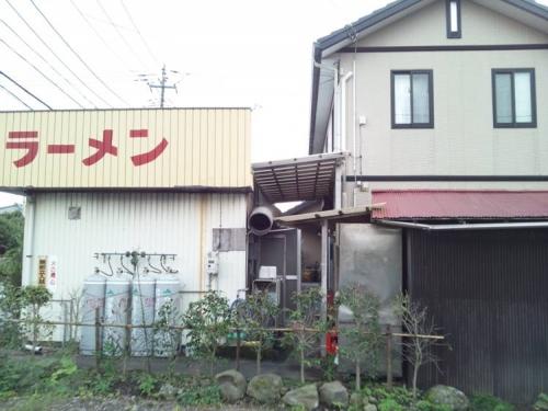 住宅から出入りできる様にした古びたラーメン屋の側面の写真