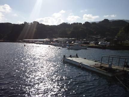 早朝に磯釣り現場へ到着し朝日が海面を照らしたところを写真撮影