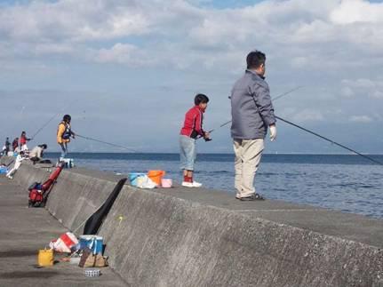 沼津市足保という漁船場のある防波堤で磯釣りする人たち