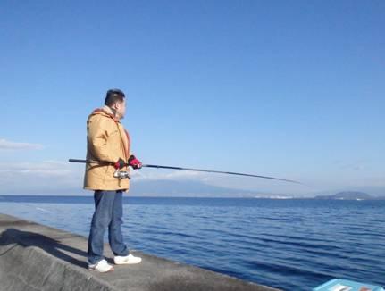 友人が撮影した富士山を背に磯釣りをはじめた僕