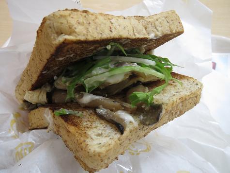 A&W Chicken & Mashroom Deli Sandwich (チキンとキノコのデリサンド) 02