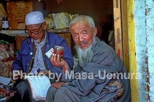 チャイを飲む老人
