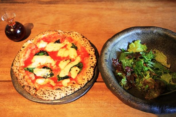 写真36-7ピザとサラダ